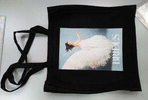 Чорний зразок для сумки з британського клієнта був надрукований dtg текстильний принтер